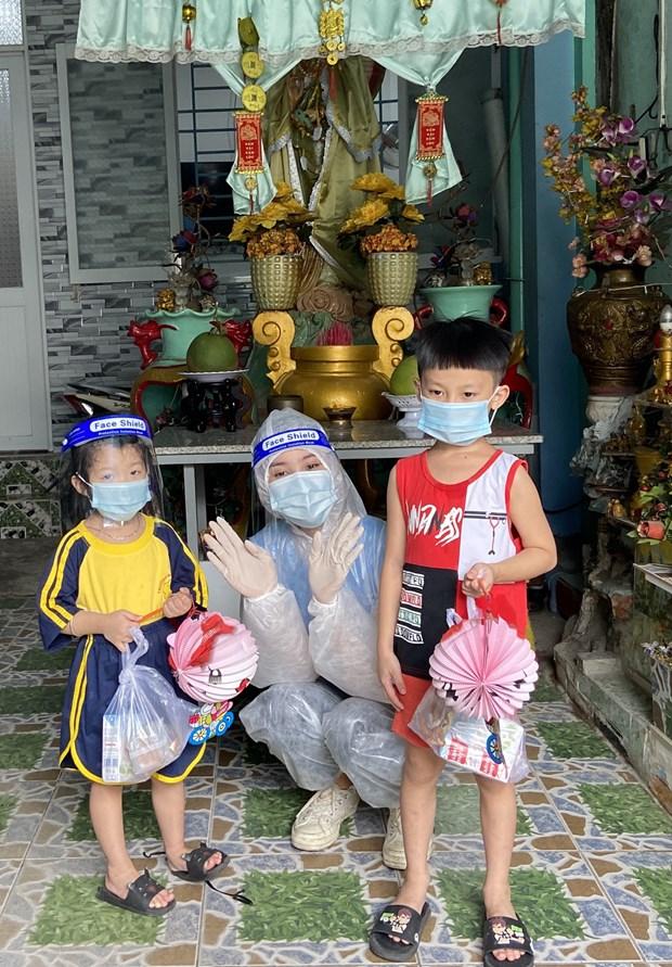Mang Trung thu am ap den voi tre em dang bi cach ly trong vung dich hinh anh 1