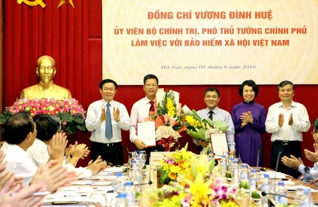 Trao quyet dinh bo nhiem Pho Tong giam doc Bao hiem xa hoi hinh anh 1