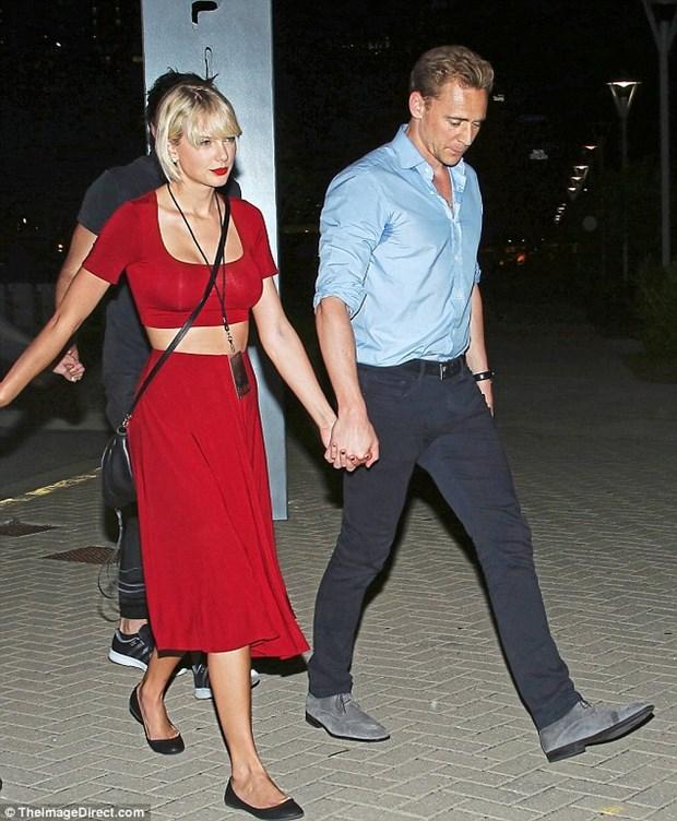 Taylor Swift va Tom Hiddleston cong khai di lai, ra mat bo me hinh anh 2