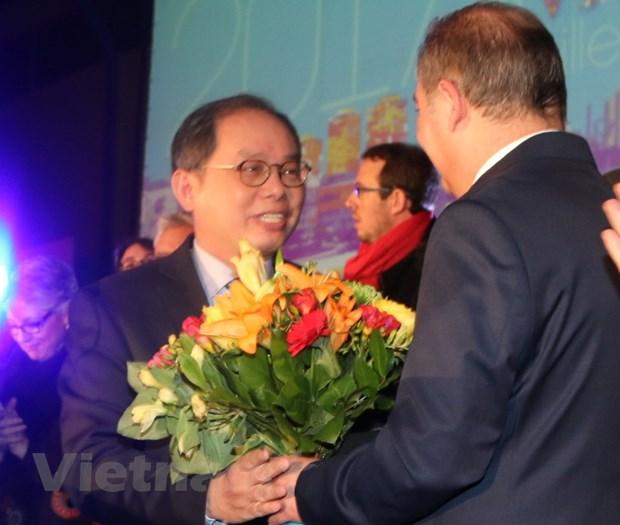 Thanh pho cua Phap tang ky niem chuong cho Dai su Viet Nam hinh anh 1