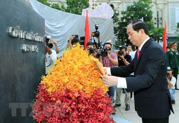 Chu tich nuoc dang huong, dang hoa tai Bao tang Ho Chi Minh hinh anh 1