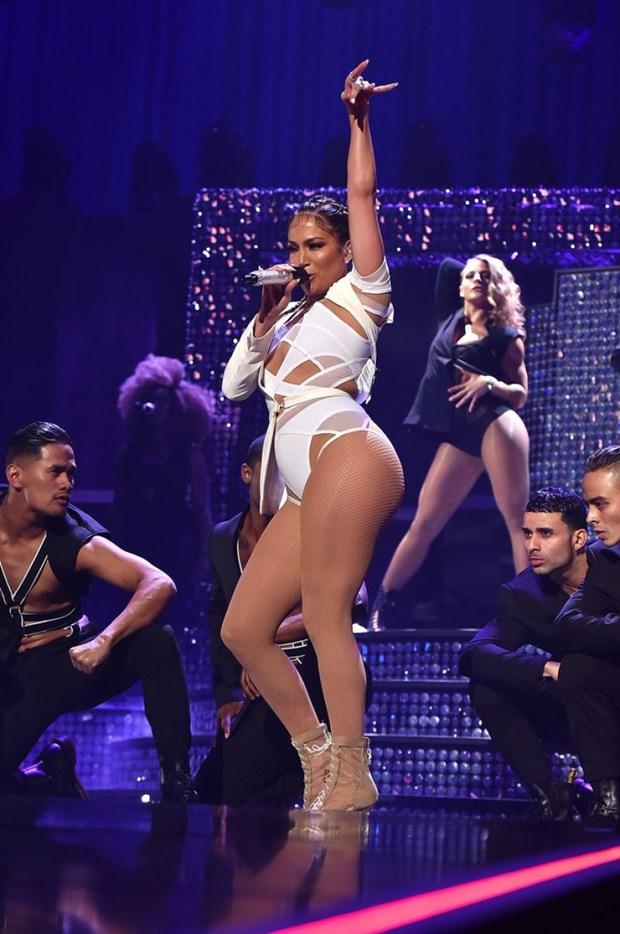 Jennifer Lopez khoe sac trong trang phuc cua nha thiet ke goc Viet hinh anh 3