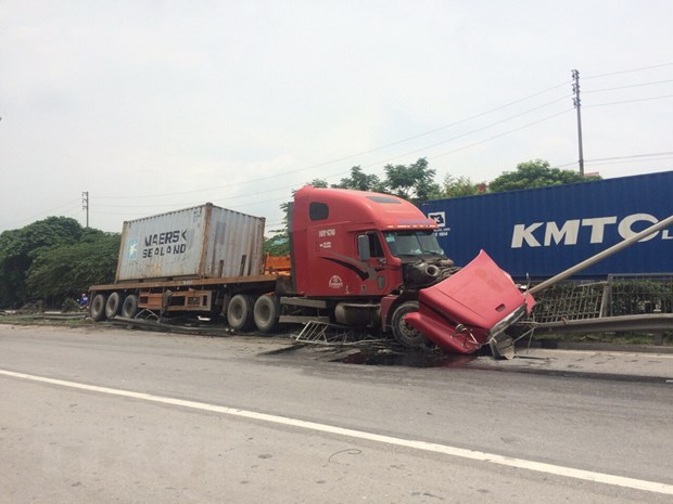 Lai xe ngu gat, xe container dam nat dai phan cach tren quoc lo 5 hinh anh 2