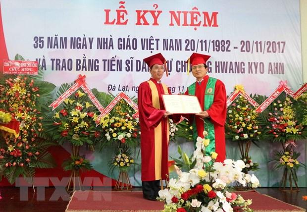 Trao bang tien sy danh du tang nguyen Thu tuong Han Quoc Hwang Kyo Ahn hinh anh 1