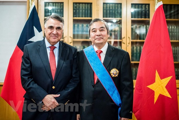 Chile trao tang Huan chuong cho Dai su Viet Nam Ngo Duc Thang hinh anh 2