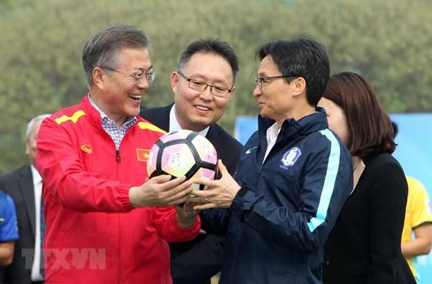 Tong thong Han Quoc giao luu voi doi tuyen bong da U23 Viet Nam hinh anh 1