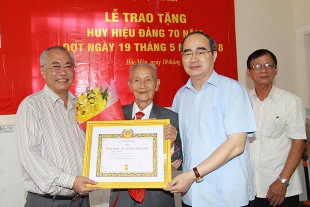 Thanh pho Ho Chi Minh: Trao huy hieu 70 nam tuoi Dang cho 3 dang vien hinh anh 1