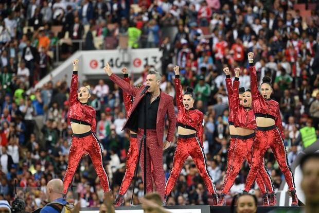 Vi sao Robbie Williams gio 'ngon tay thoi'o le khai mac World Cup? hinh anh 1