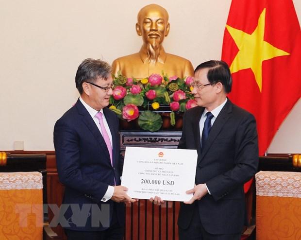 Trao 200.000 USD ho tro Lao khac phuc su co vo dap thuy dien hinh anh 1