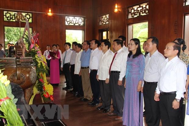 Dang huong tuong niem Chu tich Ho Chi Minh tai Khu di tich Kim Lien hinh anh 1