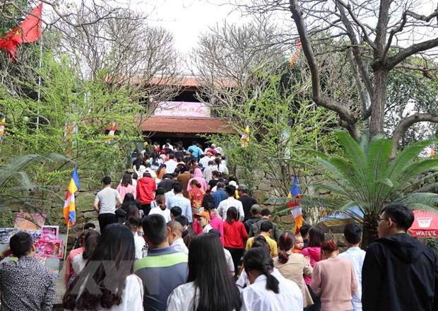 Bac Ninh: Tung bung le hoi Khan hoa mau don tai chua Phat Tich hinh anh 1