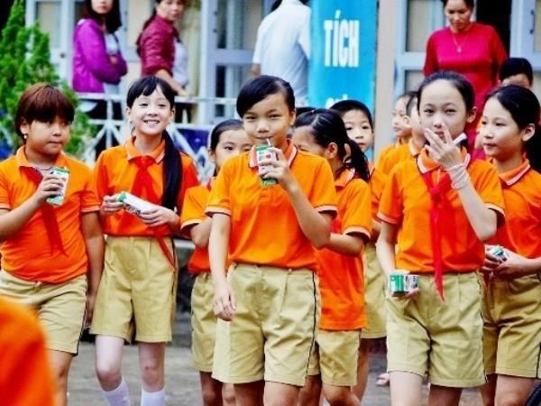 Tham gia chương trình sữa học đường, mỗi học sinh bậc mầm non và tiểu học sẽ được uống một hộp sữa 180ml ở trường mỗi ngày, 5 hộp mỗi tuần mà phụ huynh chỉ phải đóng 50%. Thật hay giả?