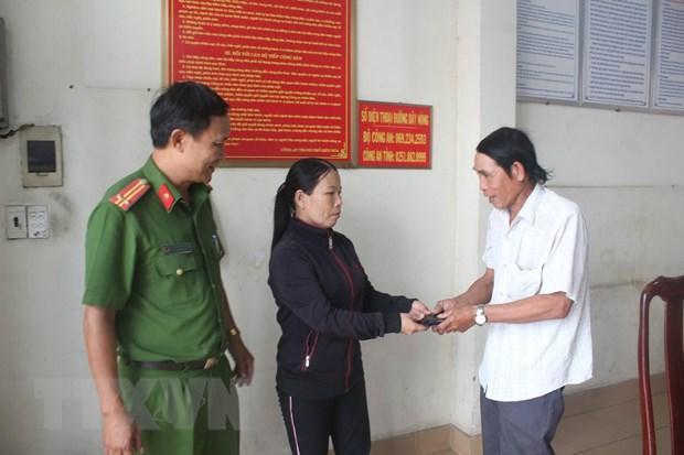 Khen thuong nguoi phu nu ban ve so tra lai vi tien nhat duoc hinh anh 1