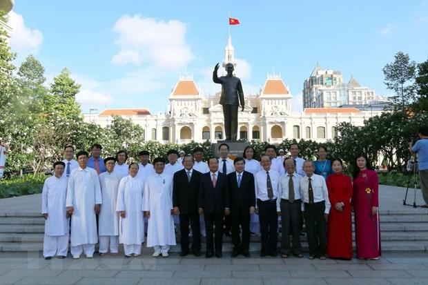 Dang huong tuong niem Chu tich Ho Chi Minh tai thanh pho mang ten Bac hinh anh 1
