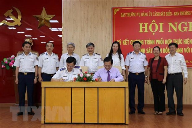 Quang Ngai: Ky ket chuong trinh 'Canh sat bien dong hanh voi ngu dan' hinh anh 1