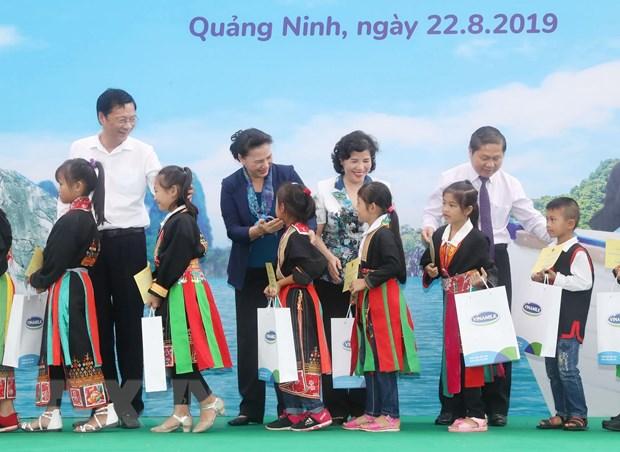 Chu tich Quoc hoi Nguyen Thi Kim Ngan lam viec tai huyen Hoanh Bo hinh anh 2