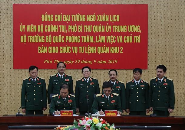 Dai tuong Ngo Xuan Lich chu tri ban giao chuc vu Tu lenh Quan khu 2 hinh anh 1