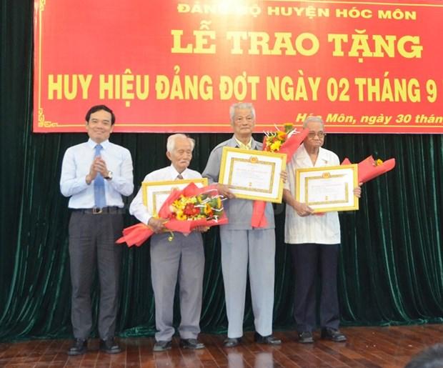 Thanh pho Ho Chi Minh trao tang huy hieu Dang cho hon 1.800 dang vien hinh anh 1
