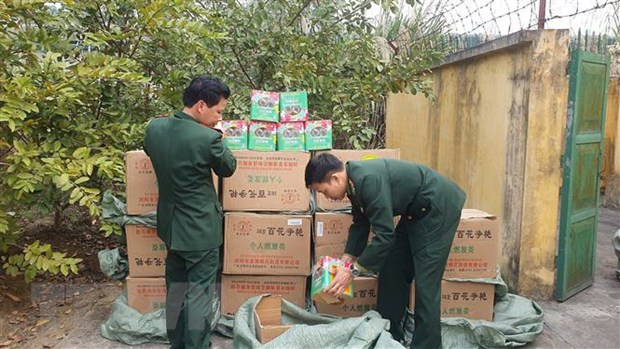 Luc luong bien phong Lao Cai thu giu gan 700kg phao hoa lau hinh anh 1
