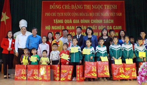 Pho Chu tich nuoc tang qua cong nhan, doi tuong chinh sach o Bac Giang hinh anh 1