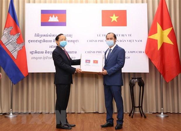 Viet Nam trao trang thiet bi y te ho tro Lao, Campuchia chong COVID-19 hinh anh 2