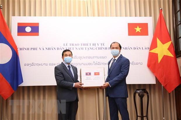 Viet Nam trao trang thiet bi y te ho tro Lao, Campuchia chong COVID-19 hinh anh 1
