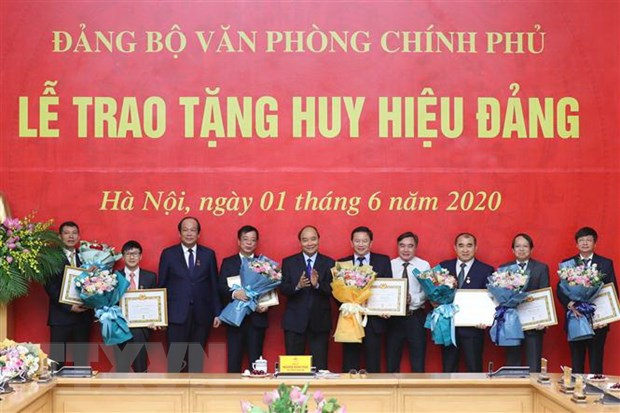 Thu tuong du le trao Huy hieu Dang tai Dang bo Van phong Chinh phu hinh anh 2