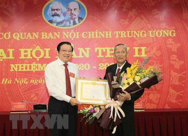 Nguyen Pho Thu tuong Truong Vinh Trong nhan huy hieu 50 nam tuoi Dang hinh anh 1