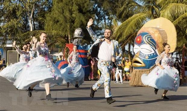 Thanh Hoa: Soi dong Le hoi Carnival tren pho bien Sam Son hinh anh 1