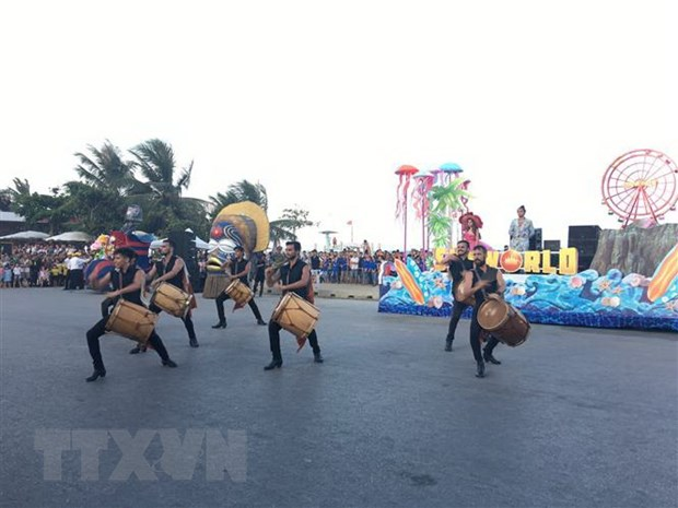 Thanh Hoa: Soi dong Le hoi Carnival tren pho bien Sam Son hinh anh 2