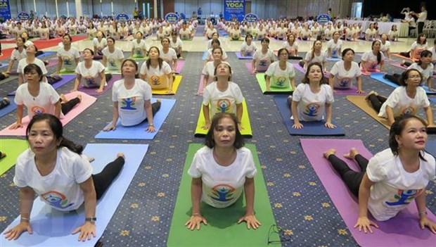 Hon 600 nguoi tham gia dong dien trong Ngay quoc te Yoga o Phu Yen hinh anh 1