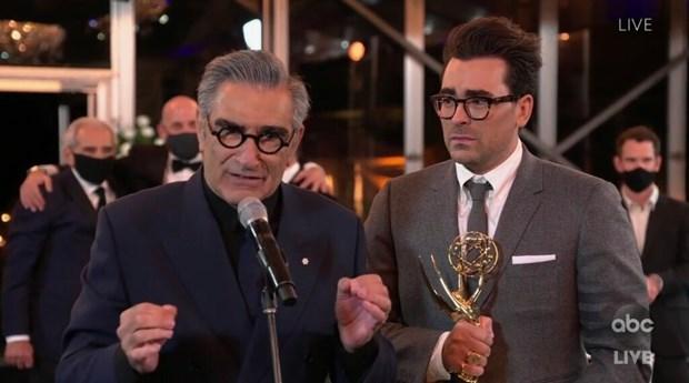 Phim hai 'Schitt's Creek' dai thang tai le trao giai Emmy 2020 hinh anh 2