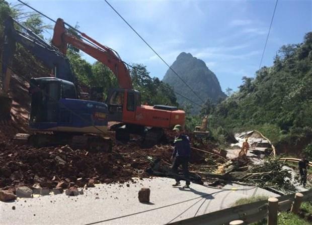 Quang Binh: Xuyen dem mo duong, thong tuyen, chay dua voi bao so 8 hinh anh 2