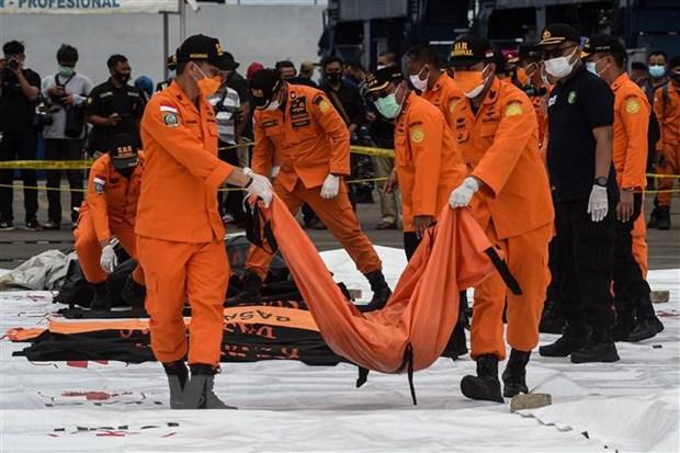 Nhân viên cứu hộ chuyển thi thể hành khách trên chuyến bay xấu số tại cảng Tanjung Priok, Jakarta, Indonesia, ngày 10-1-2021. Ảnh: THX/TTXVN
