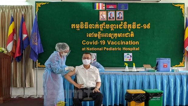 Campuchia tiem vaccine COVID-19 cho can bo ngoai giao nhieu nuoc hinh anh 1