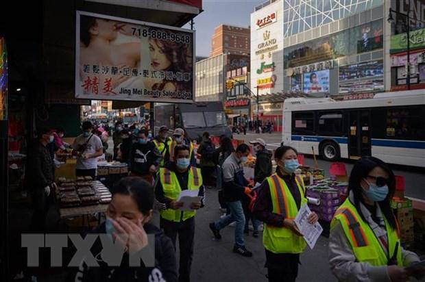 Các thành viên đội tuần tra bảo vệ người Mỹ gốc châu Á mang tên Public Safety Patrol (PSP) tuần tra tại New York, Mỹ, ngày 23-3-2021. Ảnh: AFP/TTXVN