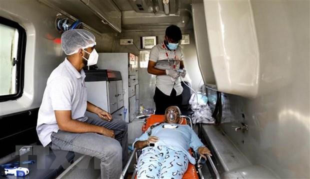 Bệnh nhân COVID-19 được sơ cứu trên xe cứu thương trong khi chờ nhập viện tại Ahmedabad, Ấn Độ ngày 26-4-2021. Ảnh: THX/TTXVN