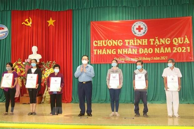 Truong Ban Tuyen giao Trung uong tang qua ho kho khan tai Tien Giang hinh anh 1
