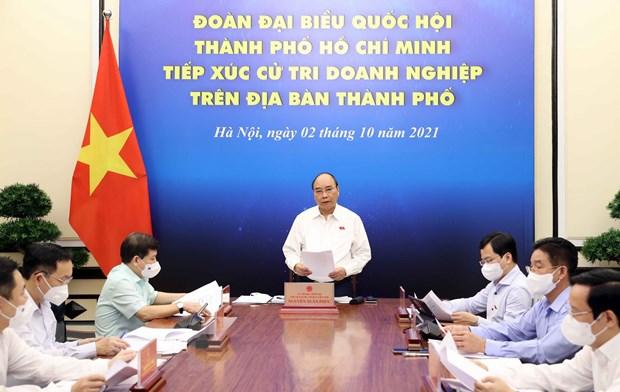 Chu tich nuoc Nguyen Xuan Phuc tiep xuc cu tri doanh nghiep TP.HCM hinh anh 1