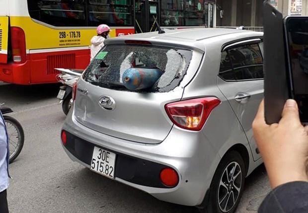 Ha Noi: Binh gas bat ngo ban thang vao duoi xe oto dang di chuyen hinh anh 1