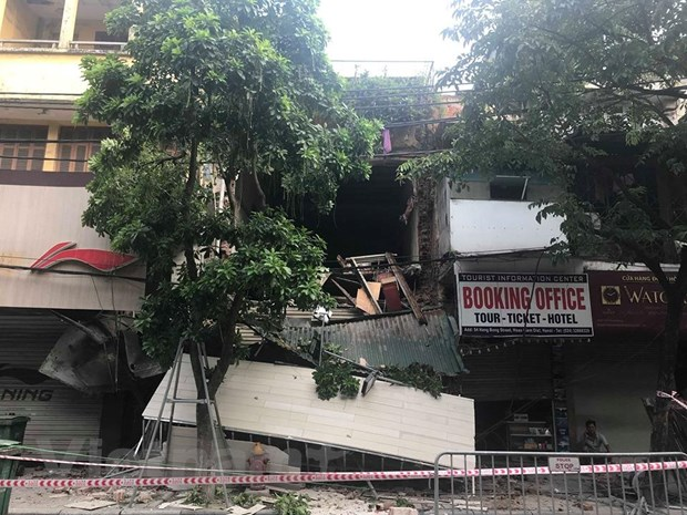 [Photo] Can canh ngoi nha 2 tang bat ngo do sap tren pho Hang Bong hinh anh 5