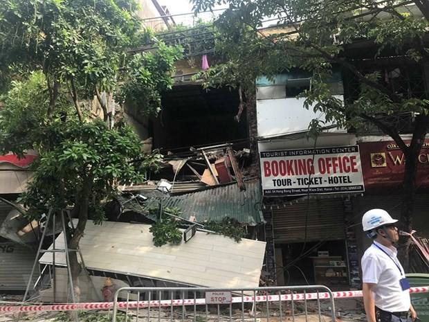 [Photo] Can canh ngoi nha 2 tang bat ngo do sap tren pho Hang Bong hinh anh 7