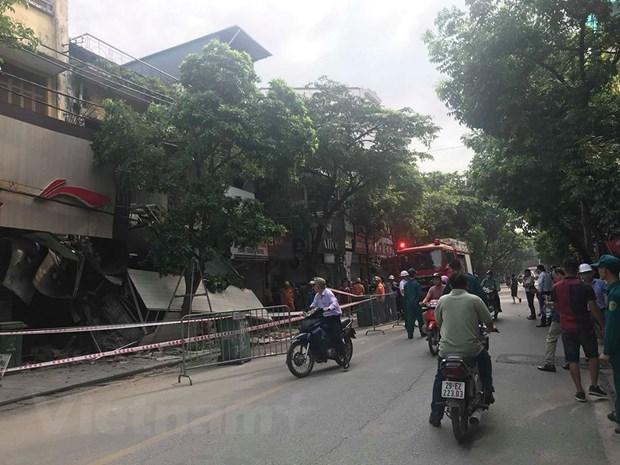[Photo] Can canh ngoi nha 2 tang bat ngo do sap tren pho Hang Bong hinh anh 9