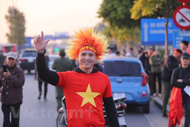 Co dong vien nhuom do san bay Noi Bai cho don cac cau thu ve nuoc hinh anh 4