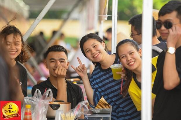 Gioi tre thu do hao huc ngong cho Justa Tee tai le hoi 'Pho hang nong' hinh anh 1