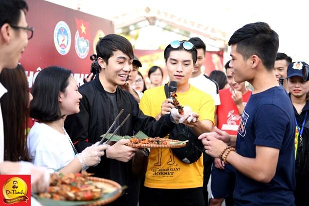 Gioi tre thu do hao huc ngong cho Justa Tee tai le hoi 'Pho hang nong' hinh anh 2