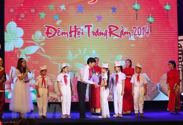 [Photo] Tung bung le hoi dem ram vui Tet Trung thu tai Ha Noi hinh anh 1
