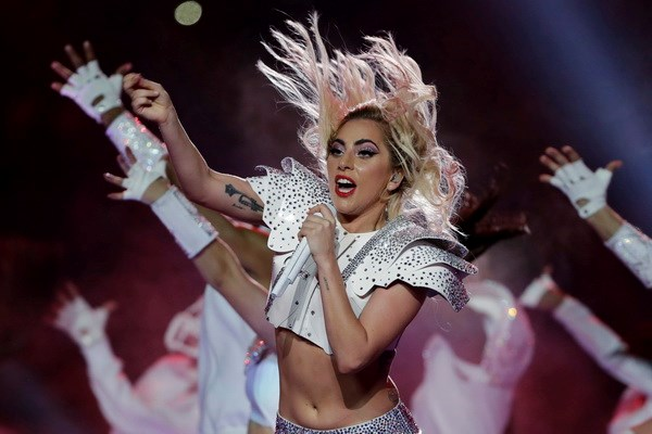 Can canh thoi son giup Lady Gaga quyen ru va bung no tren san khau hinh anh 1