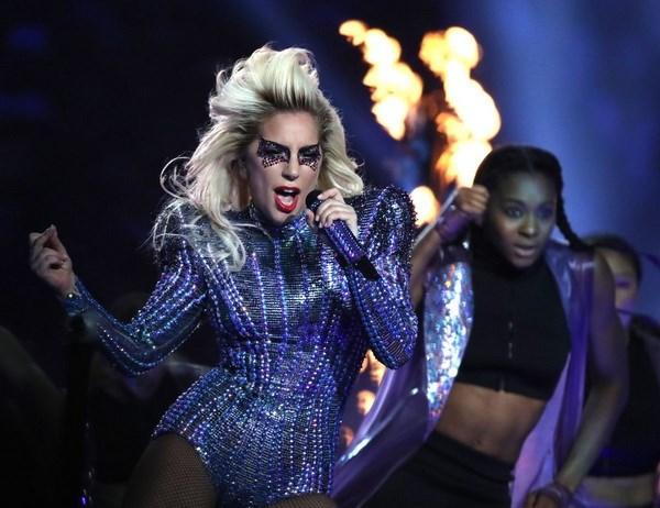 Can canh thoi son giup Lady Gaga quyen ru va bung no tren san khau hinh anh 2
