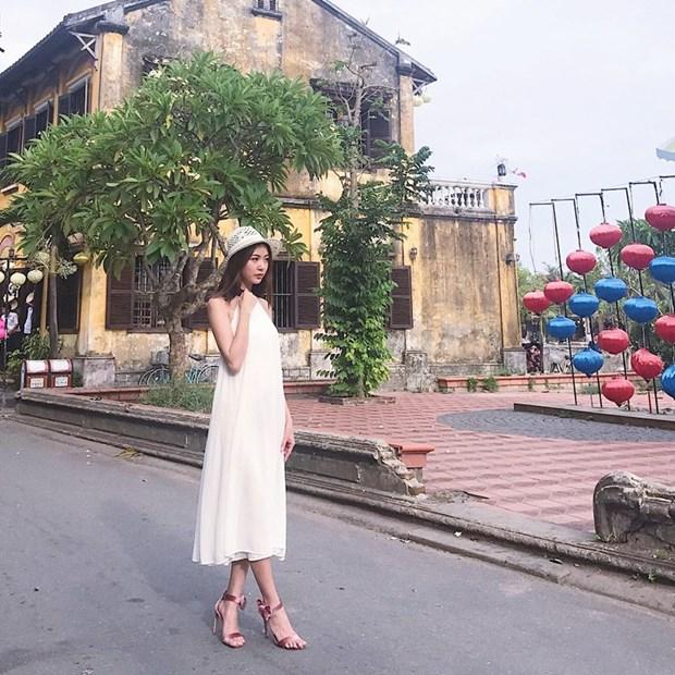 Hoang Thuy Linh va Thanh Hang bien tau ao thun sanh dieu hinh anh 11
